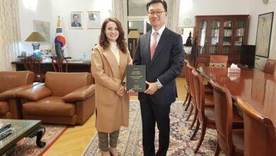صورة سفير كوريا يستقبل أول مصرية تحصل على درجة الدكتوراه في اللغة الكورية