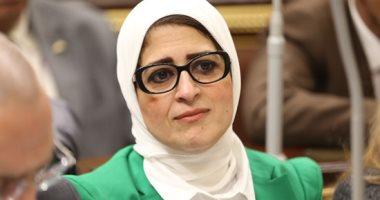 صورة وزيرة الصحة تعطى تلاميذ مدرسة القصر العينى قرص القضاء على الديدان