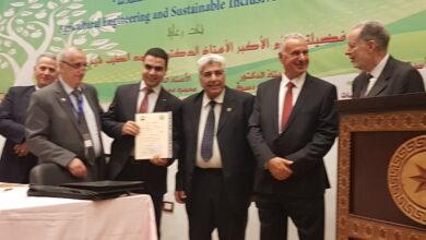 صورة تكريم م. احمد صيام بجائزة عن افضل مشروع تخرج