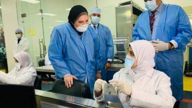 صورة وزيرة الصناعة تتفقد المصانع للوقوف على سير العملية الإنتاجية والإلتزام بالإجراءات الوقائية