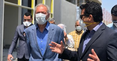 صورة وزير الرياضة ورئيس الاتحاد الدولى لليد يتفقدان الصالة المغطاة بأكتوبر