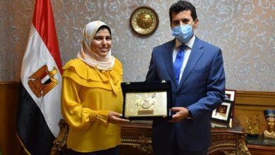 صورة وزير الشباب يُكرم الطالبة آية طه حسين